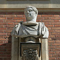 Château de Versailles, cour de marbre, buste d'empereur romain, Vdse 102 02.jpg