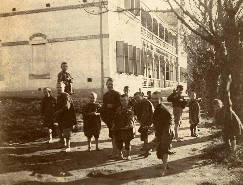 File:Children from the Breda Street orphanage, c.1901. (23000050861).jpg