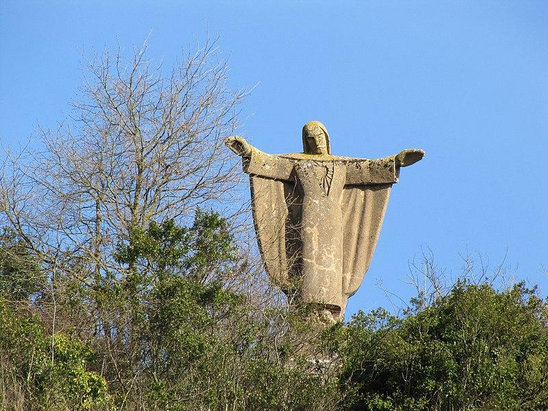 La grande statue du Sacré-Cœur de Chinon est plantée sur la falaise qui domine la ville. Sa construction se fit en 1942 sous l'occupation allemande. L'association qui possède la statue s'appelle l'Association d'éducation sportive et populaire de Chinon.