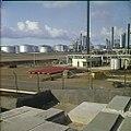 Collectie Nationaal Museum van Wereldculturen TM-20029801 De oude Joodse begraafplaats Beth Haim, op de achtergrond de raffinaderijen van Shell Curacao Boy Lawson (Fotograaf).jpg