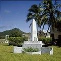 Collectie Nationaal Museum van Wereldculturen TM-20030091 Monument ter herinnering van het verblijf van admiraal de Ruyter op de binnenplaats van Fort Oranje Sint Eustatius Boy Lawson (Fotograaf).jpg