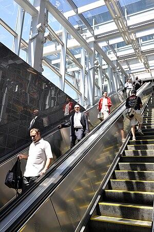 Court Square–23rd Street (New York City Subway) - Escalators to the Flushing Line platform