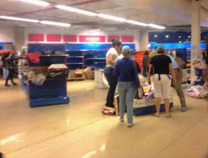 Dakazo - People grabbing for items in a Venezuelan store.