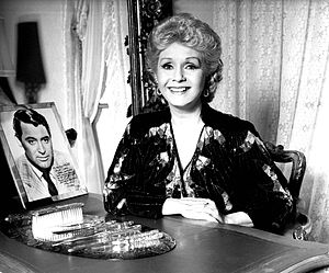English: portrait of Debbie Reynolds at home L...
