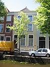 foto van Pand met gepleisterde lijstgevel, waarin geprofileerde houten vensteromlijstingen en geprofileerde vensterdorpels
