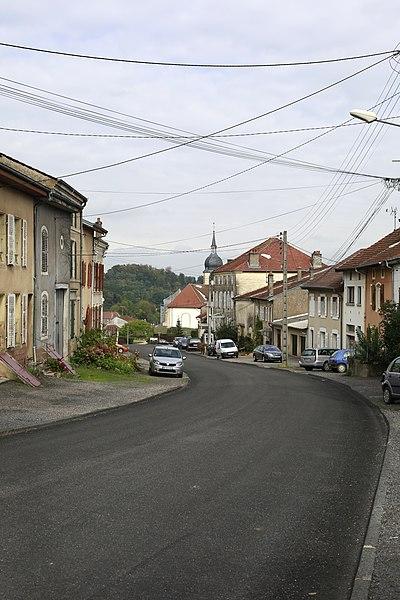 La Grande Rue de Deneuvre avec son usoir  caractéristique.