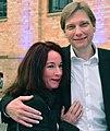 Der Moderator und Journalist Andreas Dorfmann mit seiner Verlobten, der Studienrätin Dorit Werner, im Jahr 2015 bei einer Veranstaltung der KPM in Berlin.jpg