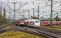 Emmerich drukte van belang 189 031-8 passeert ICE3M 4651 naar Frankfurt (13377844745).jpg