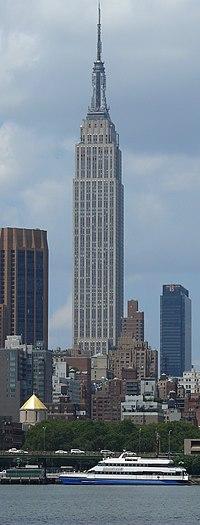 Una vista laterale dell'edificio visto dall'East River