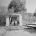 Enkele mannen in een driehoekig paviljoen van beton op natuurstenen treden bij d, Bestanddeelnr 255-4102.jpg