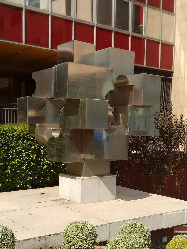Archivo escultura en la calle orense madrid cropped jpg - H m calle orense madrid ...