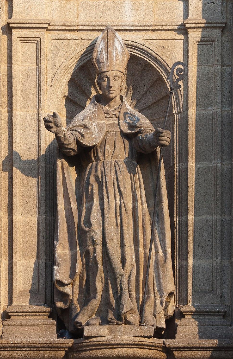 Estatua no frontal do Mosteiro de San Salvador de Celanova - Galiza