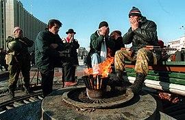 Soldados irregulares chechenos rezan frente al palacio presidencial de Grozny. Foto de Mijail Evstafiev