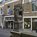 Exterieur, raadhuis, stenen leeuw met wapenschild, achterzijde - Haastrecht - 20320593 - RCE.jpg
