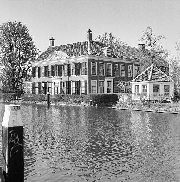 File exterieur overzicht huis 39 in de wereldt is veel gevaer 39 rechts speelhuisje van huis - Huis exterieur picture ...