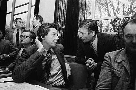 Trade union leader Wim Kok and Prime Minister Dries van Agt during a meeting of the Social and Economic Council in The Hague on 20 December 1979. FNV voorzitter Kok in gesprek met premier Van Agt in het gebouw van de Sociaal E, Bestanddeelnr 930-5965.jpg
