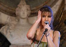 Fabiana Cantilo - Argentino - En Casa Rosada - 16DIC05 presidenciagovar.jpg