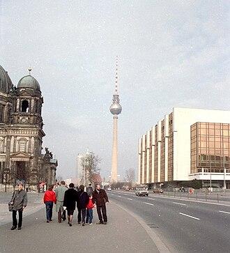 East Berlin - Image: Fehrnsehturm Palast