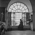 Franciscaans geestelijke gezeten in de vensterbank van een getralied venster met, Bestanddeelnr 255-0938.jpg