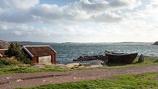 Gamlestan fishing huts and fishing boat Frifararen at Vikarvet Museum.jpg