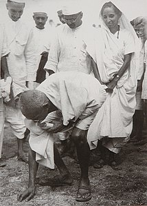 Gandhi at Dandi 5 April 1930.jpg