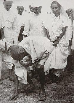Gandhi at Dandi 5 April 1930.jpg