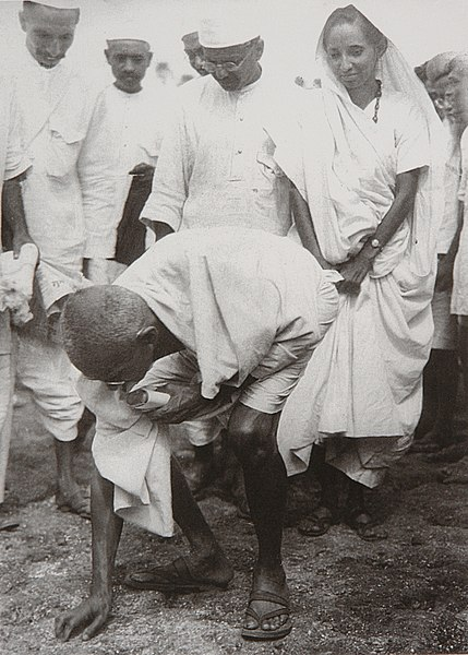 File:Gandhi at Dandi 5 April 1930.jpg