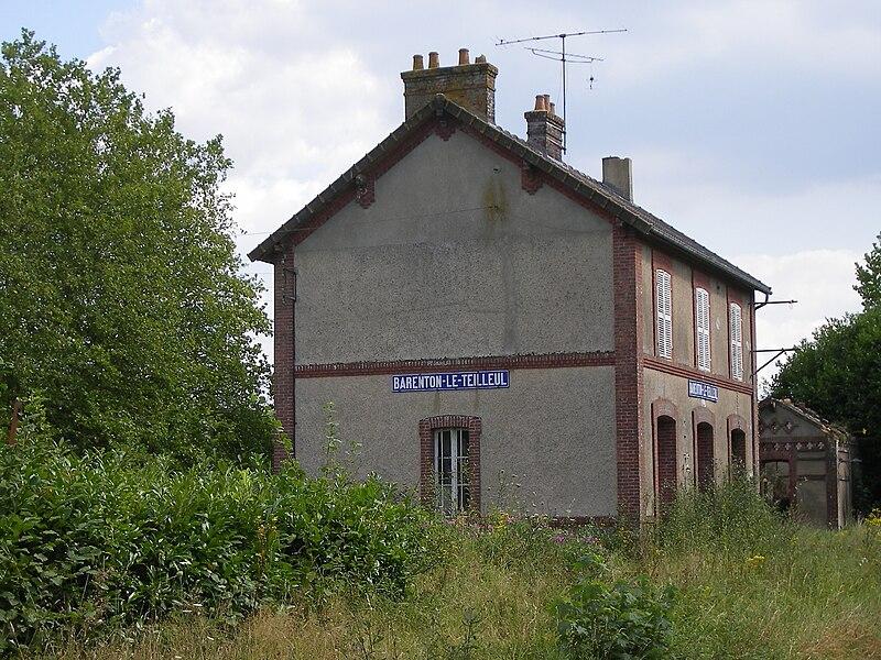 La gare de Barenton - Le Teilleul, située sur la commune de Saint-Cyr-du-Bailleul, en août 2007; réhabilité en gîte d'étape depuis avril 2012