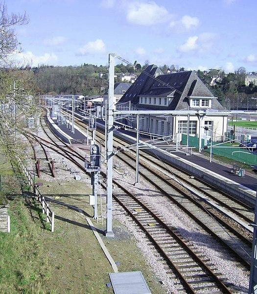 Vue des voies et des quais de la gare de Saint-Lô