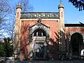 Georg von Cölln-Mausoleum im Eingangsgebäude am Stadtfriedhof Engesohde nach Entwurf von Ludwig Droste, Hannover-Döhren.jpg