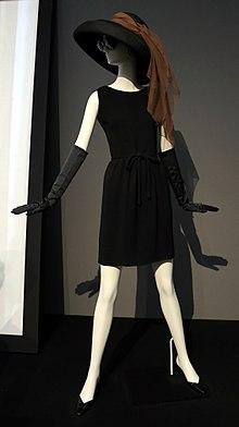 Vestito corto e cappello Givenchy, indossati da Audrey Hepburn in Colazione da Tiffany, 1961