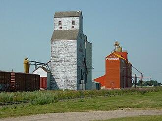 Davidson, Saskatchewan - Grain elevators