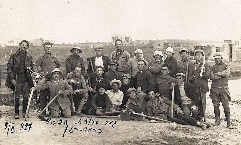 File:Group photo of the road constructors in Ramat Gan with completion in 1927.jpg