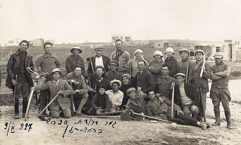 Group photo of the road constructors in Ramat Gan with completion in 1927