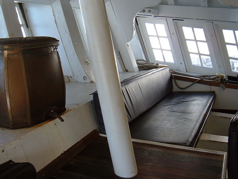 800px-HMS_Surprise_%28replica_ship%29_captain%27s_cabin_5.JPG