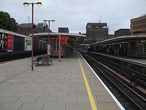 Harrow-on-the-Hill station - Image: Harrow on the Hill stn platform 2 look north