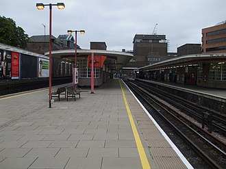 Harrow-on-the-Hill station - Image: Harrow on the Hill stn platform 2 look north