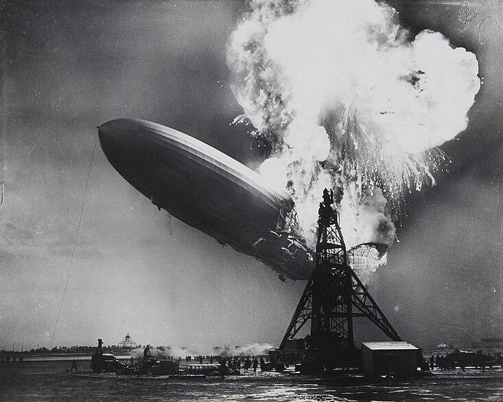 Fotografía de 1937, mostrando el incendio del zepelin LZ 129 Hindenburg, tomada por el fotoperiodista Sam Shere. La imagen fue usada en la portada del primer disco de Led Zeppelin.