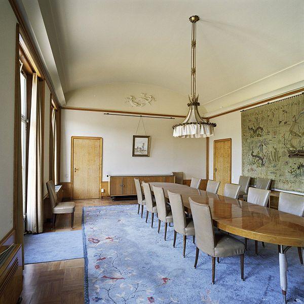 Bestand interieur overzicht van de eetkamer met wandtapijt en meubilair gelegen aan de - Meubilair van de ingang spiegel ...