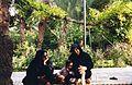 Iran - Ispahan - habitantes, dans la rue - iranian women and girl from Isfahan (9262406984).jpg