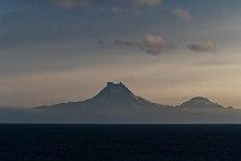 Vulcani Isanotski (8104 piedi, 2470 m) e Roundtop (6128 piedi, 1871 m) visti dal Passo Unimak nella luce del mattino.