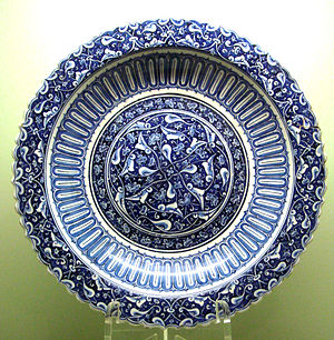Iznik pottery - Large dish (charger) with foliate rim. Design reserved on a dark cobalt ground, ca. 1480
