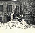 Jókai Mór szobra (Berecz Gyula, 1937.) a Duna Menti Múzeum (Kultúrpalota) előtt. Fortepan 76814.jpg