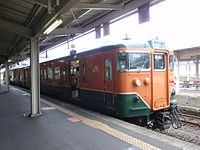 JNR 113-5800 S33 set San'in Main Line train at Kinosaki-Onsen Station, Hyogo.jpg