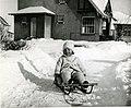 Jeune fille dans un traîneau à Riverbend, Alma (Québec).jpg