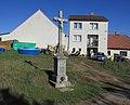 Kříž u zemědělských staveb v Nevcehlích (Q94438584).jpg