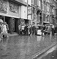 Kaartverkoop en rij wachtend publiek voor het Rialto-theater te Amsterdam, Bestanddeelnr 900-8227.jpg