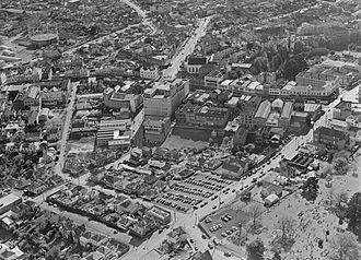 Karangahape Road - K'Road in 1957, a healthy main street with department stores and many other shops – before the motorways destroyed or degraded much of the surrounding residential areas, starting several decades of decline.