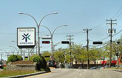 """Cartello """"Benvenuti a Kirkland"""" visto da St. Charles Blvd (in direzione nord)"""