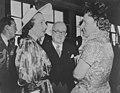 Koninklijk bezoek aan Parijs, koningin Juliana in gesprek met de echtgenote van…, Bestanddeelnr 903-9777.jpg